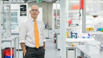 Markus Blocher präsentiert im Frühjahr 2019 das erweiterte Laborgebäude in Dottikon.