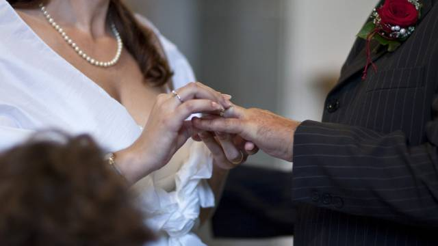 Braut und Bräutigam tauschen die Ringe in der Kirche (Symbolbild)