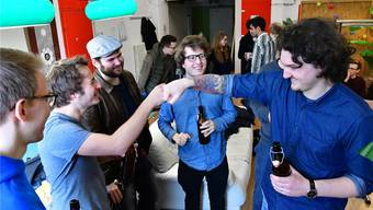 Die Junge SP Region Olten feierte am Sonntag mit dem frischgebackenen Kantonsrat Simon Gomm (ganz rechts) ihren Wahlerfolg.Bruno Kissling
