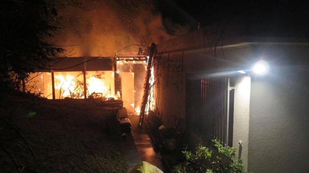 Beim Brand eines Einfamilienhauses mit angebauter Pergola ist in Binningen BL hoher Sachschaden entstanden.