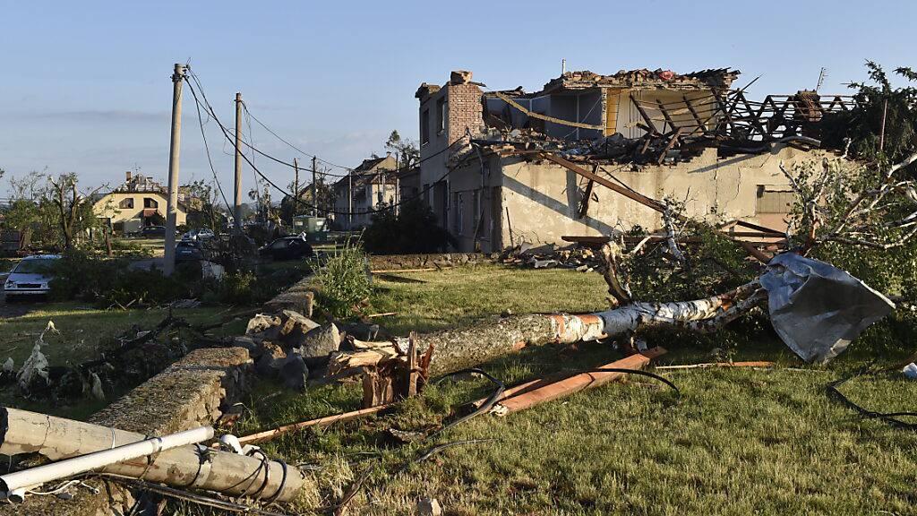 Häuser sind beschädigt, nachdem ein Tornado das Dorf Moravska Nova Ves im Bezirk Hodonin getroffen hat. Bei einem Unwetter mit einem Tornado sind im Südosten Tschechiens Menschen ums Leben gekommen und verletzt worden. Foto: Salek Vaclav/CTK/AP/dpa