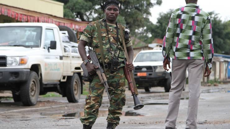 Burundischer Soldat in einer Strasse in der Hauptstadt Bujumbura. (Archiv)