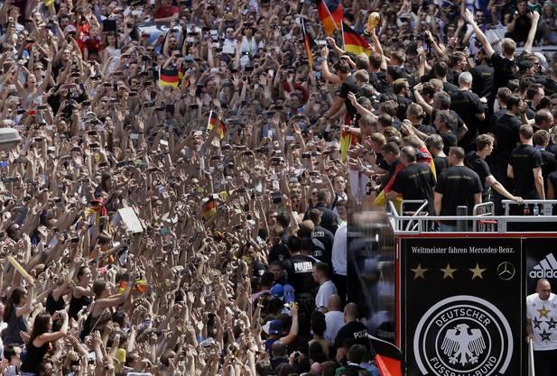 Rund eine halbe Millione Fans jubeln den deutschen Nati-Stars zu.