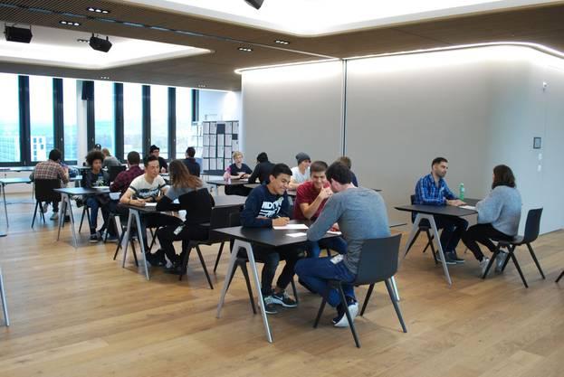 Die Teilnehmer haben Zeit, sich über ihre Berufswünsche und Ausbildungsziele auszutauschen.
