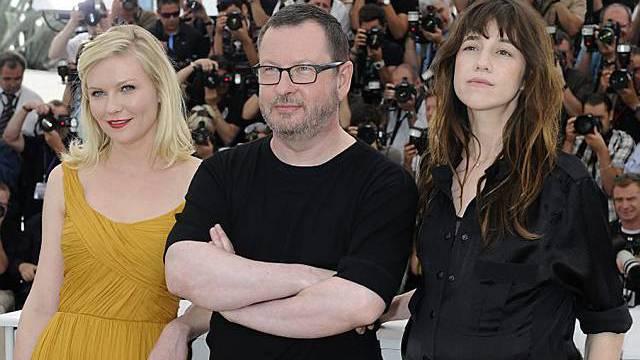 Lars von Trier mit Kirsten Dunst (l.) und Charlotte Gainsbourg (r.)