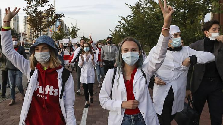 ARCHIV - Medizinisches Personal bei einer Kundgebung in Minsk im September. Foto: Uncredited/AP/dpa