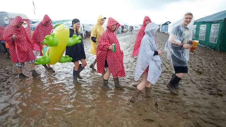 Das Gewitter hatte sich am Freitag direkt über das Festivalgelände geschoben. Die Live-Auftritte mussten unterbrochen werden.