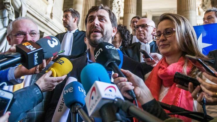 Auslieferung abgelehnt: Die ehemaligen Mitglieder der katalanischen Regionalregierung Meritxell Serret (r), Lluís Puig i Gordi (l) und Toni Comín (m) dürfen gemäss der belgischen Justiz im belgischen Exil bleiben. Der gescheiterte Auslieferungsantrag ist eine Niederlage für Spaniens Regierung.