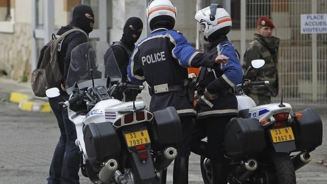 Polizisten vor dem Haus, wo sich der mutmassliche Todesschütze verschanzt
