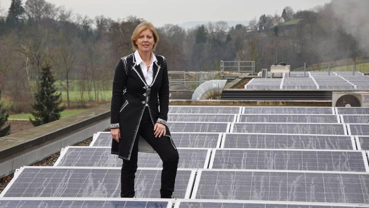 Silvia Huber, Geschäftsführerin der Domaco Dr. med. Aufdermaur AG in Lengnau, zeigt die Solarmodule auf dem Dach des Betriebsgebäudes. ZVG