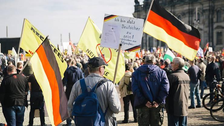 Pegida-Unterstützer auf dem Dresdner Theaterplatz (im Hintergrund die Hofkirche).