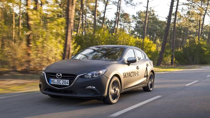 Mit einer Verdichtung von 1:16 liegt der Skyactiv-X deutlich über den derzeitigen Benzinmotoren. Im Serienzustand soll er später rund 190 PS leisten; die Markteinführung ist für 2019 geplant.