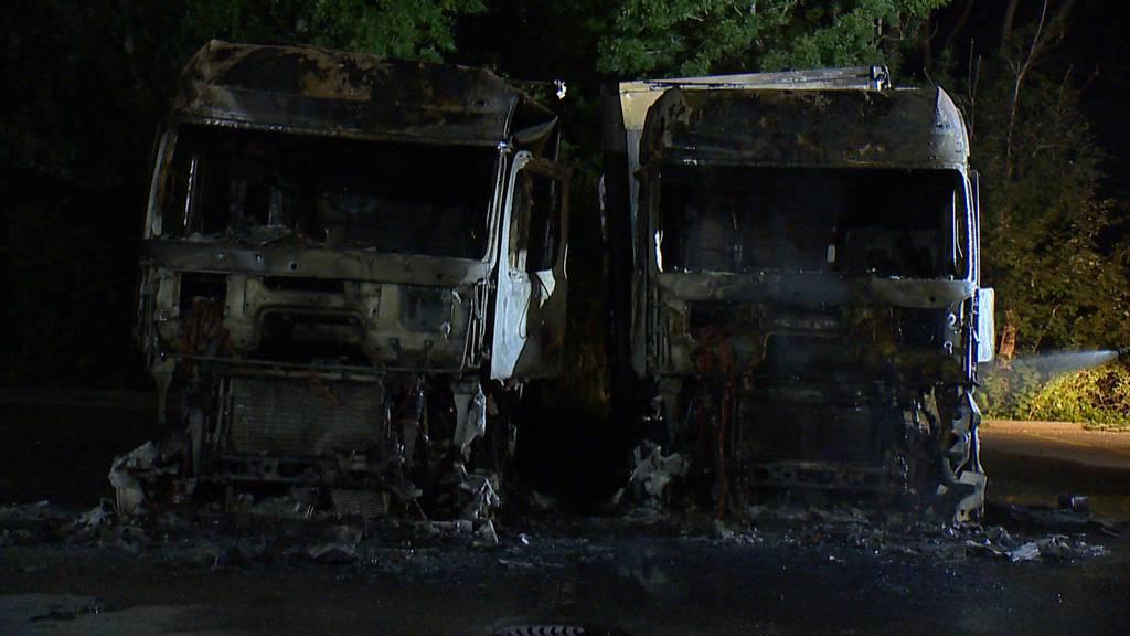 Dietikon: Zwei Lastwagen in Vollbrand geraten