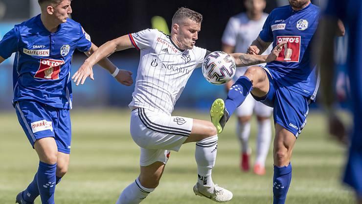 Zweikampf zwischen Basels Taulant Xhaka (weisses Trikot) und Luzerns Torschütze Francesco Margiotta