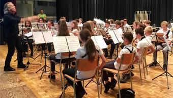 Stimmung, Intonation, Rhythmus, Metrum, Klangkultur und Dynamik – und nicht zuletzt: Freude. Auf diese Dinge kommt es beim Spielen in der Gruppe an, so auch bei desen Jugendmusikern.