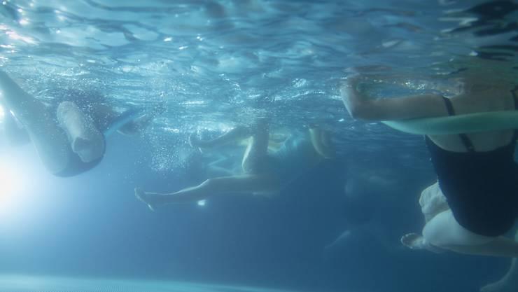Grund für die Beschwerden war laut Polizei eine erhöhte Chlorkonzentration im Wasser des Schwimmbads. (Symbolbild)