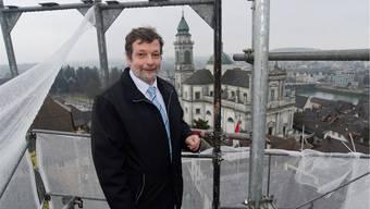 Eine ungewohnte Perspektive: Landammann Roland Heim auf dem Gerüst, das derzeit den Treppenturm des Rathauses einkleidet.