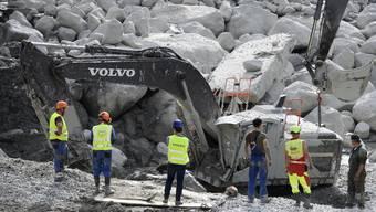 Nach dem verheerenden Felssturz bei Bondo laufen die Aufräumarbeiten auf Hochtouren: Nun befürchten die Behörden einen weiteren Murgang.