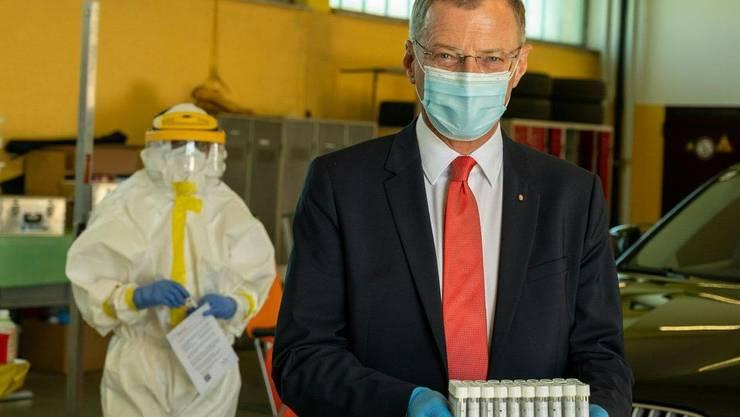 Kritisiert Schweizer Corona-Entscheid: Oberösterreichs Landeshauptmann Thomas Stelzer beim Besuch eines Covid-19-Testzentrums.