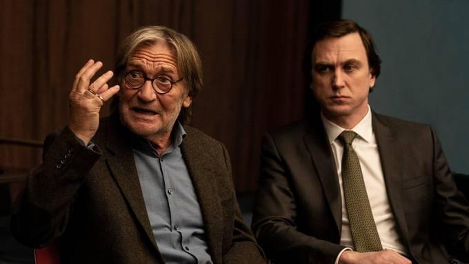 Erklärt seinen Fall: Matthias Habich in «Gott» als lebensmüder Richard Gärtner (links) und sein Rechtsanwalt Biegler , gespielt von Lars Eidinger.