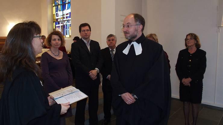 Vizedekanin Christine Straberg nimmt Wolfgang von Ungern-Sternberg, flankiert von Mitgliedern der Kirchenpflege, ins Amt auf.
