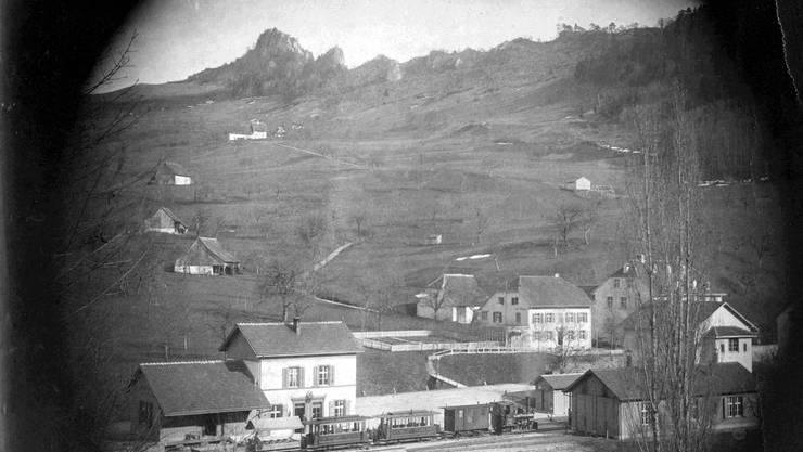Das Waldenburgerli fährt in den Bahnhof von Waldenburg ein. Das Foto entstand 1885, kurz nach der Gründung der WB.