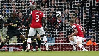 Lukas Podolski (r.) brachte Arsenal per Kopfball mit 1:0 in Führung
