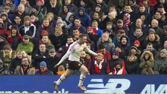 Wayne Rooney von Manchester United bejubelt vor den Liverpool-Fans den Treffer zum 1:0. ManU gewann in Liverpool dank dieses Tores 1:0