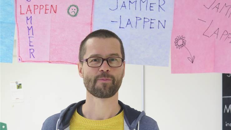 Imre Hofmann vor einer Wäscheleine voll Jammerlappen.