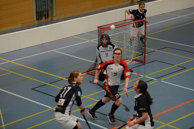 Basel Regios Jael Steiner (M., Nr. 25) kämpft gegen die Zugerland-Spielerinnen um den Ball.