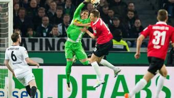 Zumindest in dieser Szene: Goalie Yann Sommer ist vor Hannovers Artur Sobiech am Ball