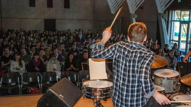 Am Bandworkshop hören die Schüler zuerst auf den Rythmus von Ross Peterson und klatschen im richtigen Moment dazu.