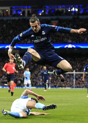Gareth Bale springt über Jesus Navas.