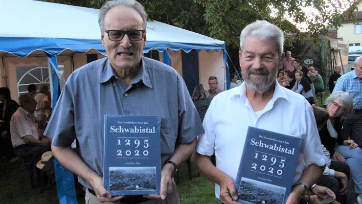Autor Kurt Rey (r.) und Pirmin Meier an der Buchvernissage beim Strohdachhaus Muhen.