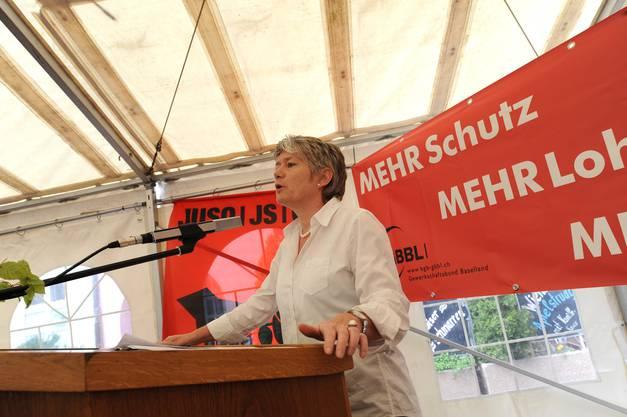 SP Schweiz Vizepräsidentin Jacqueline Fehr wendet sich an die Anwesenden.