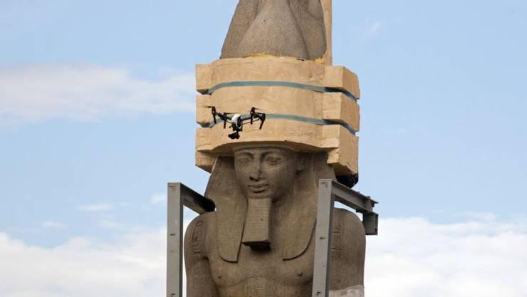 Die kolossale Statue von Ramses II ist mit viel Tamtam um 400 Meter versetzt worden.