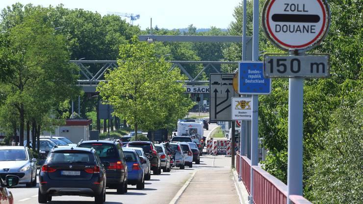 Deutsche Grenzgänger sorgen für viel Verkehr an den Fricktaler Zollämtern (im Bild Stein-Säckingen).