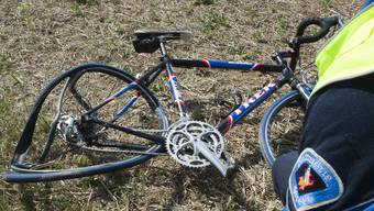 Am 9. Mai 2018 ist ein Fahrradfahrer gestürzt und zog sich dabei schwere Verletzungen zu. Die Polizei sucht nach Zeugen. (Symbolbild)