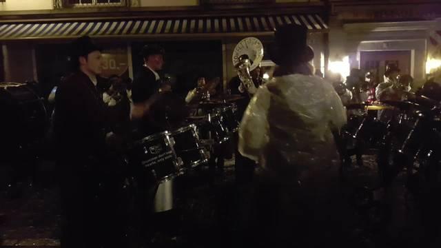 Joel Grolimund spielt Schlagzeug bei den Konfettistampfern