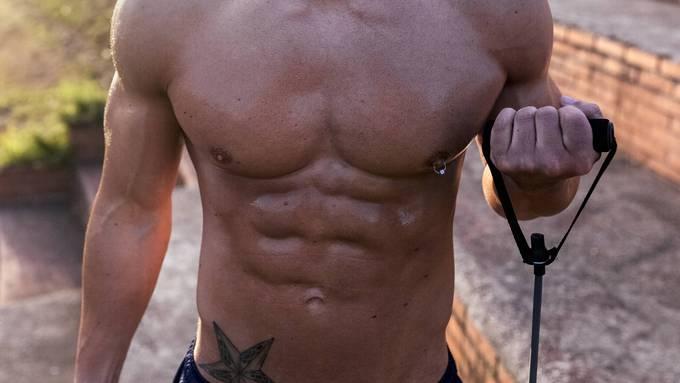 Nur trainieren reicht nicht: Zu einem definierten Bauch gehört auch die richtige Ernährung.