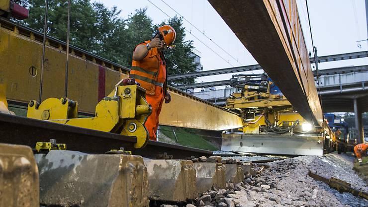 Mehr Passagiere, mehr Züge, teurerer Schienenunterhalt: Dieser Entwicklung will der Bundesrat Rechnung tragen. Zusätzliche Milliarden sollen die Bahninfrastruktur fit trimmen. (Archiv)