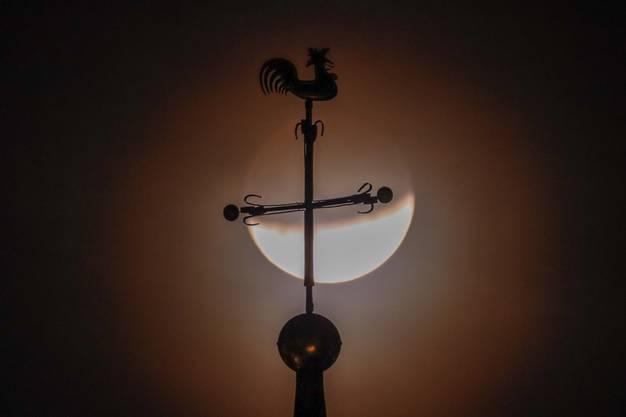 Turmkugel, Kreuz und Hahn: Mondfinsternis über dem Kirchturm von Muttenz.