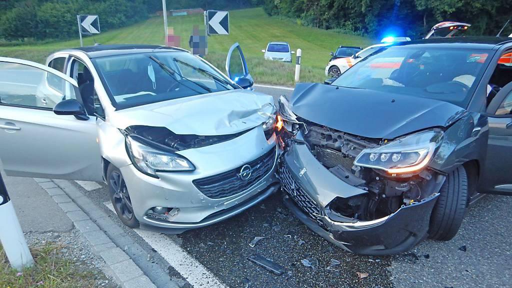 Beim Zusammenprall nach einem missglückten Abbiegemanöver in Warth TG wurde ein 28-jährige Mitfahrerin mittelschwer verletzt.