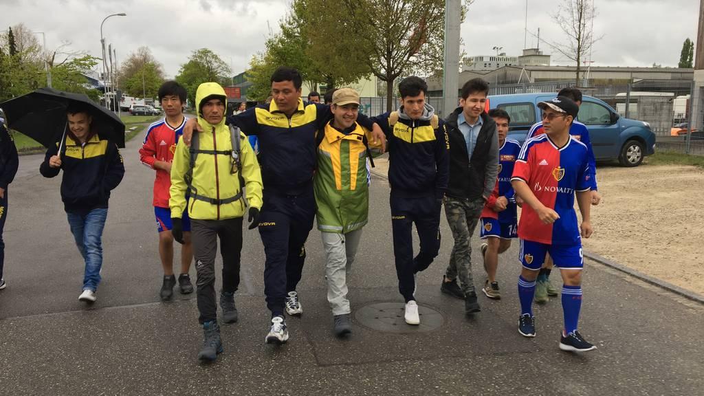 Asylbewerber wandern durch die Schweiz