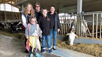 Adrian und Angela Schneider auf ihrem Hof mit den Kindern Rahel (14), Sandro (11) und Rebecca (7).