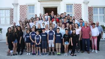 Die stattliche Schar von Solothurner Sportlerinnen und Sportlern, die für ihre Erfolge auf Schloss Waldegg ausgezeichnet worden sind.