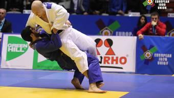 Patrik Moser (in Weiss) wirft mit Höchstwertung bei seinem Auftaktsieg am Weltcup-Turnier in der bulgarischen Hauptstadt Sofia.