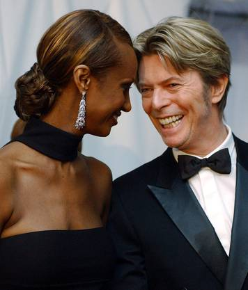 Legende FILE - In this June 3, 2002, file photo, Iman, left, and her husband, singer David Bowie arrive at the Council of Fashion Designers of America Fashion Awards in New York. Bowie, the innovative and iconic singer whose illustrious career lasted five decades, died Monday, Jan. 11, 2016, after battling cancer for 18 months. He was 69. (AP Photo/Suzanne Plunkett, File)