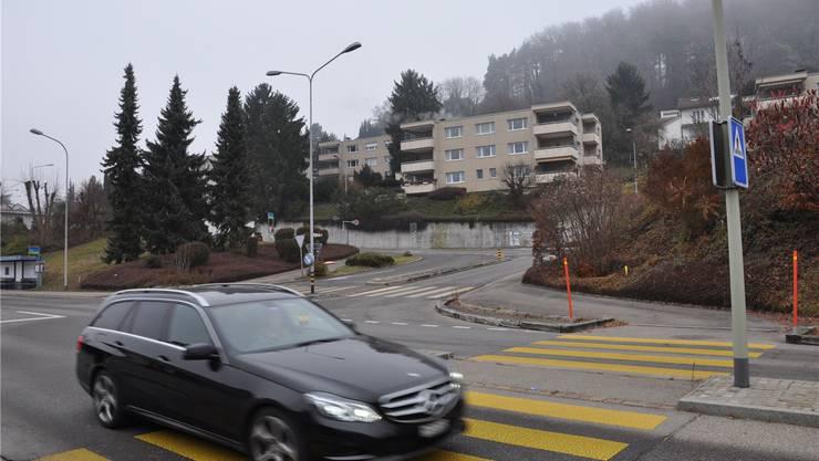 Hier an der Limmattalstrasse in Oetwil soll ein Kreisel entstehen. Die Einsprachen gegen das Projekt laufen noch, die Umleitung für die Bauzeit wird nun aber per 18. April angeordnet.