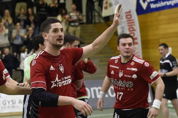 Topskorer Ljubomir Josic feiert mit den Teamkollegen den wichtigen Erfolg.